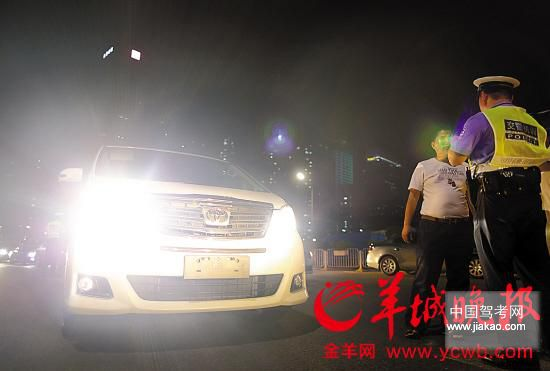 ▲深圳交警现场惩罚违规开大灯司机