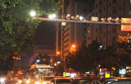 滥用远光灯被拍正式开罚 目前福州已有87车遭罚