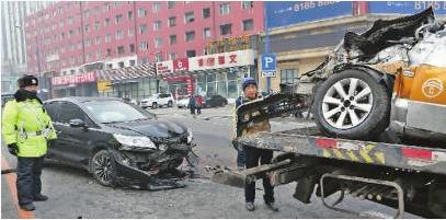 司机捡眼镜分神 车辆冲破护栏酿事故