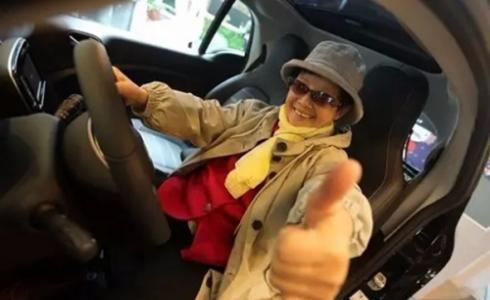 70岁奶奶考驾照 如今84岁自驾游遍浙江省!